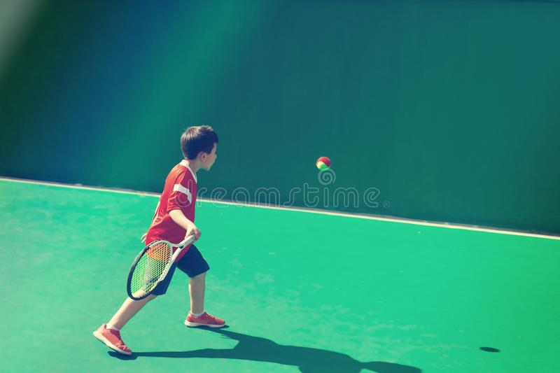 Немногое теннисист на запачканной зеленой предпосылке стоковые фотографии rf