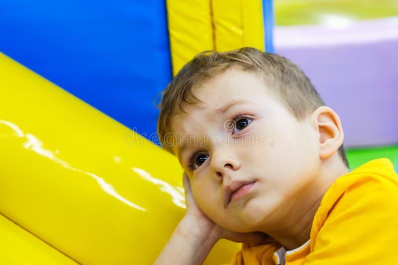 Немногое эмоция ребенк мальчика ребенка изолировано стоковые фото