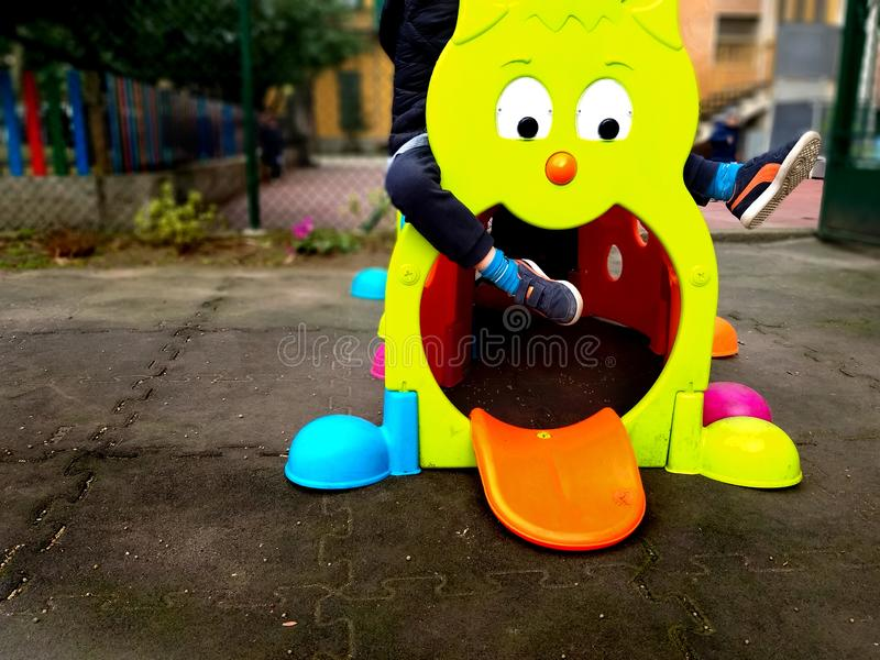 Немногое otudoor игры ребенка в спортивной площадке с красочными игрушкой, потехой и концепцией игры стоковое изображение rf