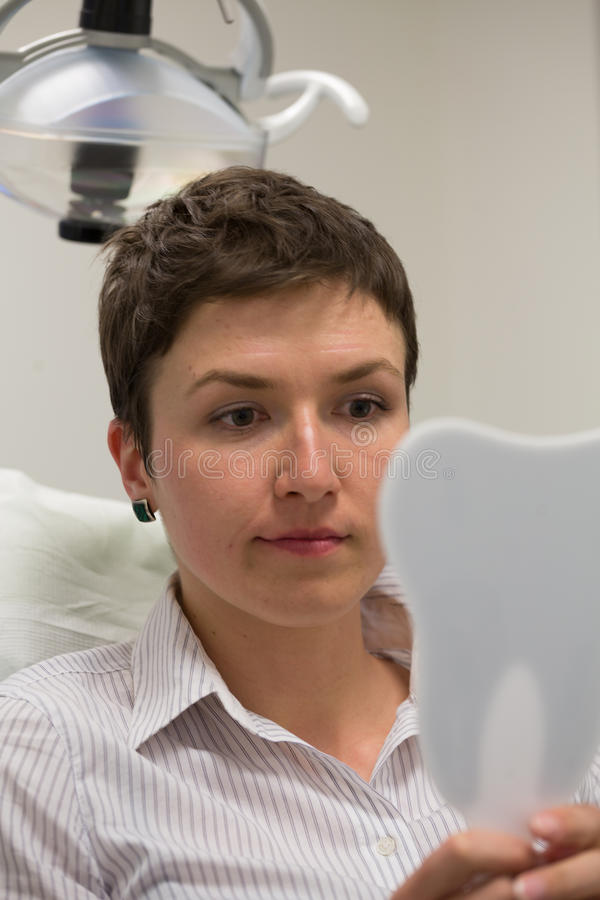 Немного потревоженный пациент на офисе дантиста стоковые изображения rf