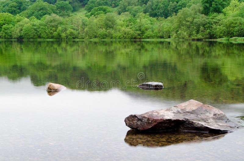 Немного утесов поднимая над водой стоковые фотографии rf