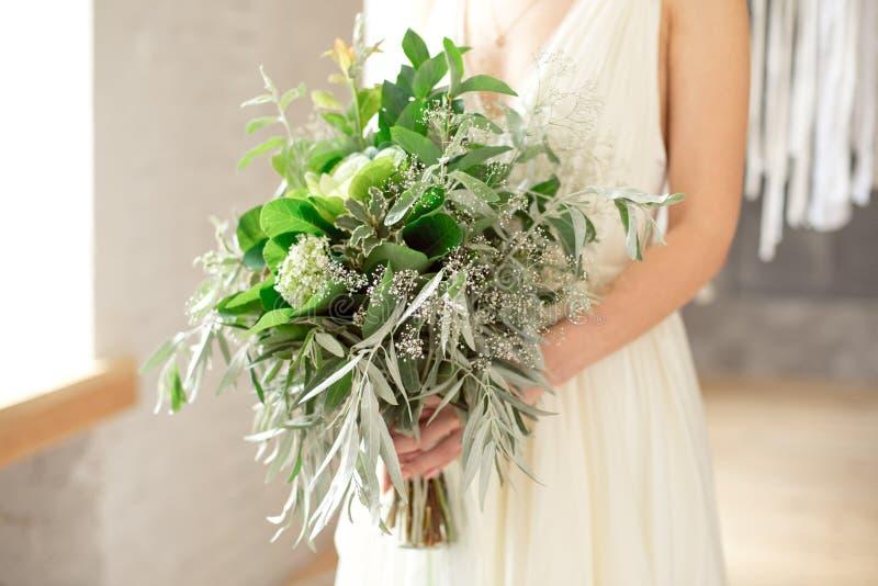 Немножко disheveled свежий и воздушный bridal букет с шариком, brunia, eringum, eustoma, спаржей и эвкалиптом grinn в стоковое фото rf