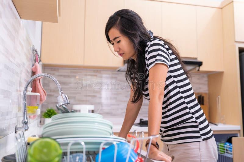 Ненависть женщины для того чтобы помыть блюдо стоковое фото rf