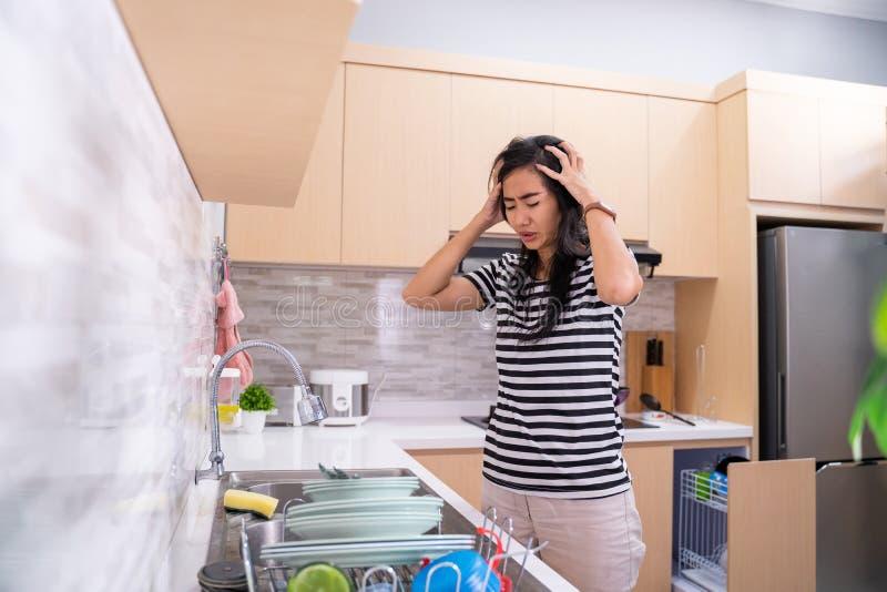 Ненависть женщины для того чтобы помыть блюдо стоковое изображение