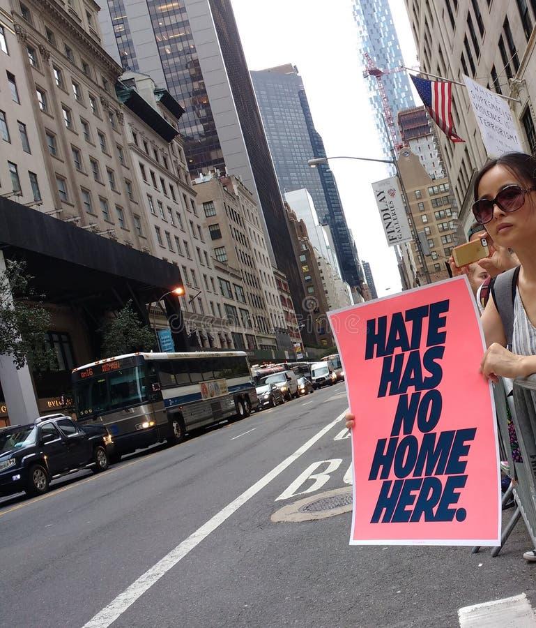 Ненависть не имеет никакой дом здесь, политический митинг, NYC, NY, США стоковая фотография