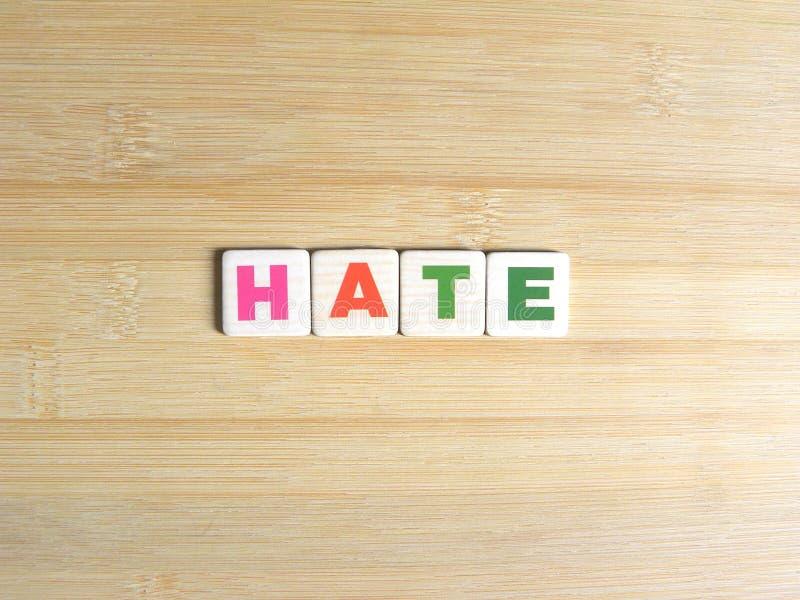 Ненависть слова на деревянной предпосылке стоковое изображение