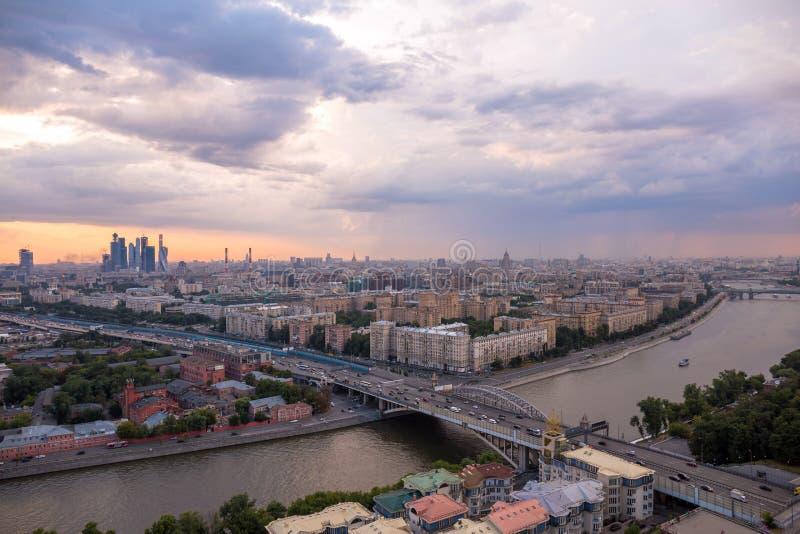 Ненастная панорама Москвы перед заходом солнца в лете стоковые фотографии rf