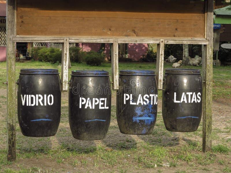 Ненужные ящики для рециркулировать с испанским текстом стоковое изображение