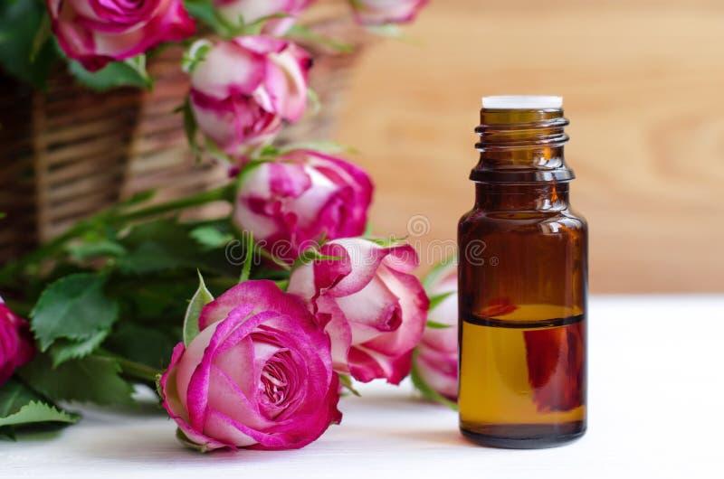 Необходимое розовое масло стоковое изображение rf