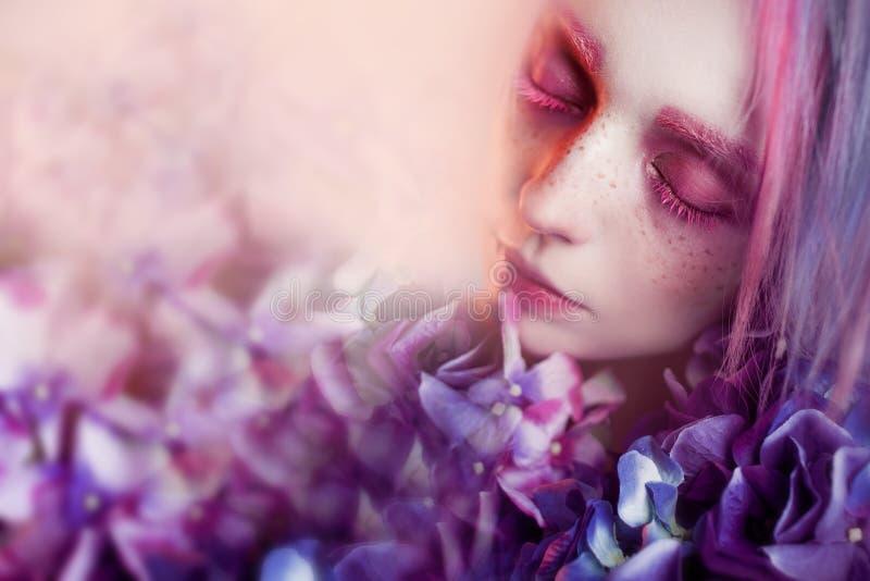 Необыкновенная девушка с голубыми цветками, фокус на цветке стоковое изображение rf