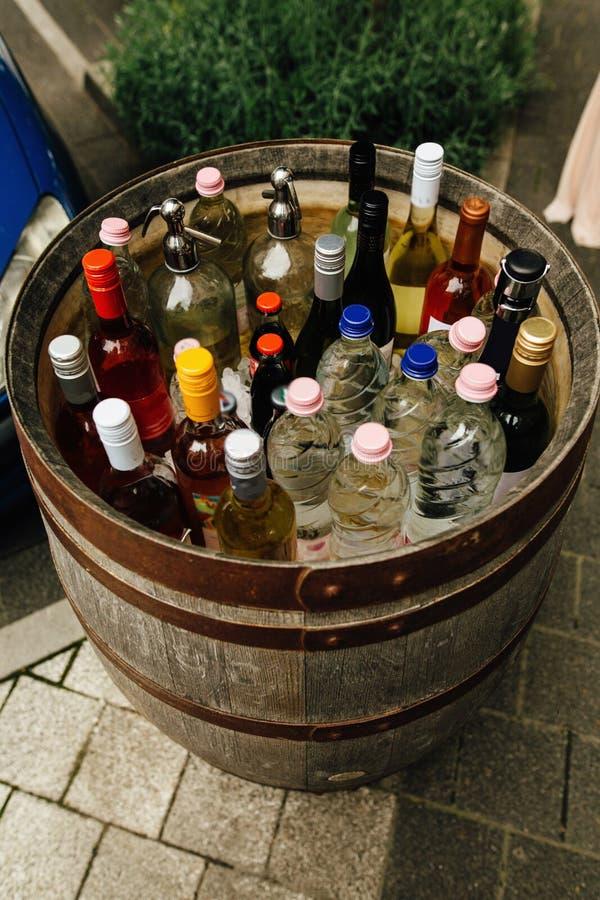Необыкновенный бар питья и спирта в деревянном бочонке, творческом обслуживании стоковое фото rf