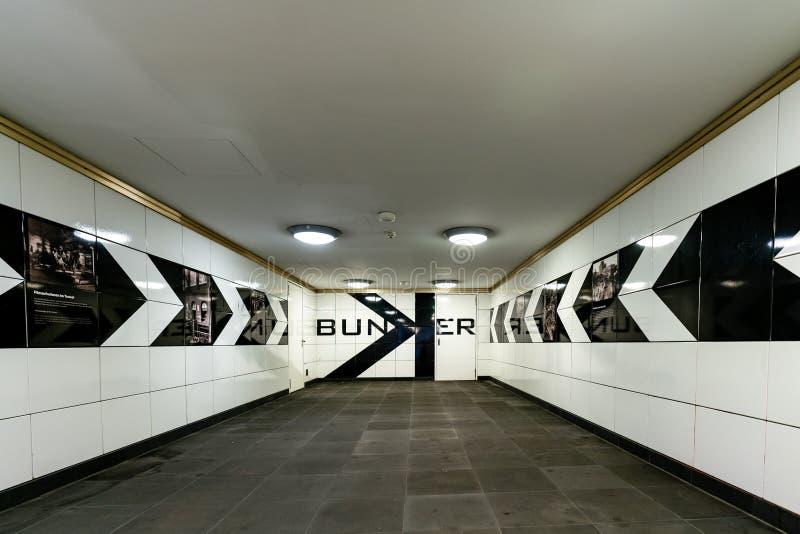 Необыкновенный взгляд на черно-белой крыть черепицей черепицей прихожей на станции метро Anhalter Bahnhof Берлина стоковое фото rf