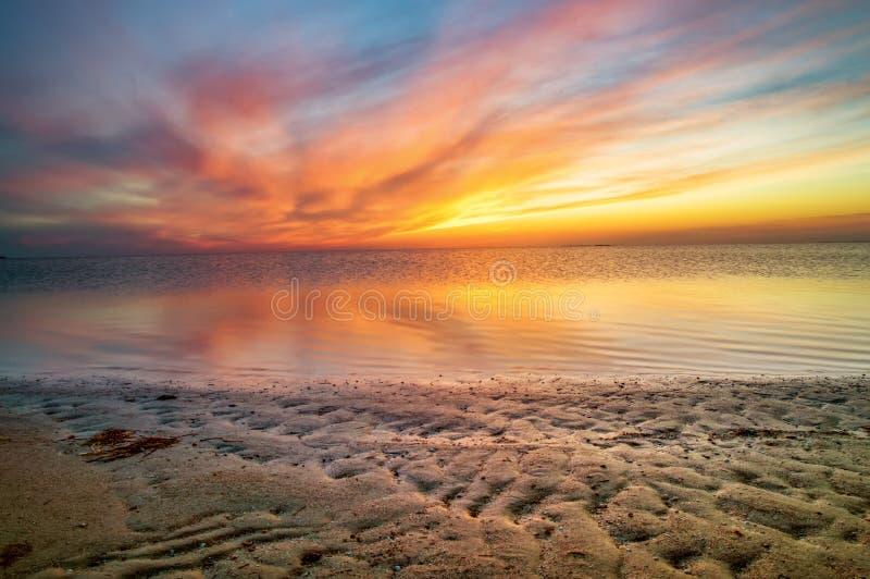 Необыкновенный красивый заход солнца на взморье стоковое изображение rf