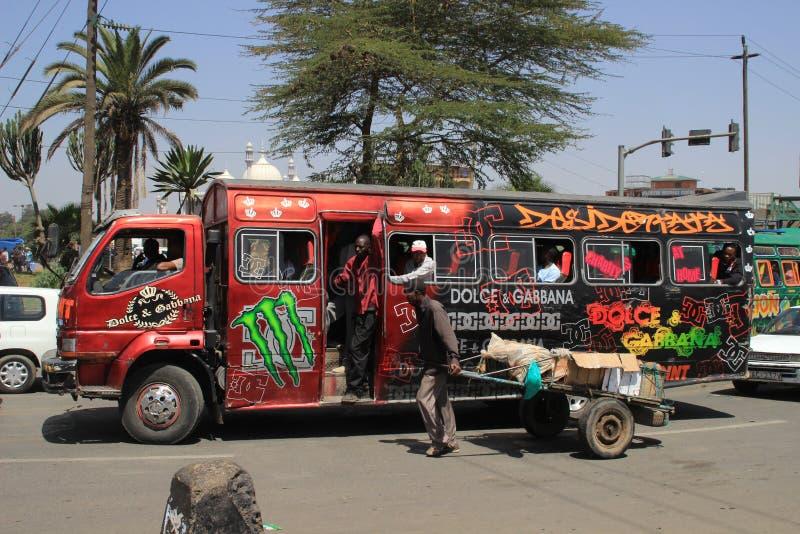 Необыкновенный покрашенный красный автобус города в Найроби стоковое фото
