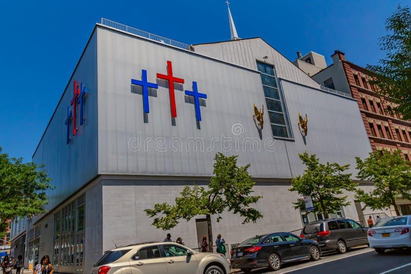 Необычное здание церкви с тремя крестами в качестве эмблемы стоковые фото