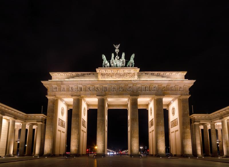 Неоклассическая скалистая вершина вечером Pariser Platz Mitte Берлин Германия Brandenburger Бранденбургских ворот стоковое изображение