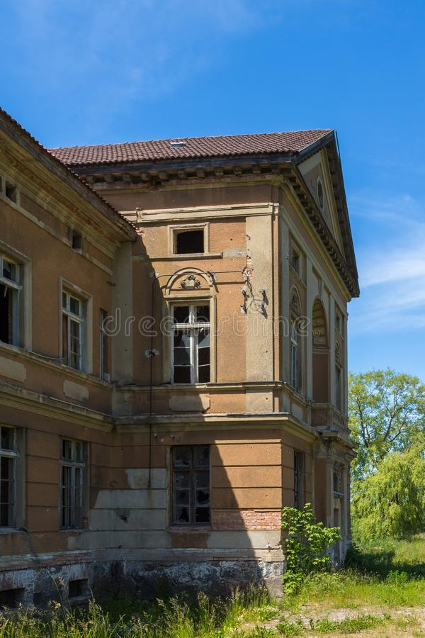 Неоклассический дворец в Zdrzewno В настоящее время покинутый и опустошенный стоковое изображение