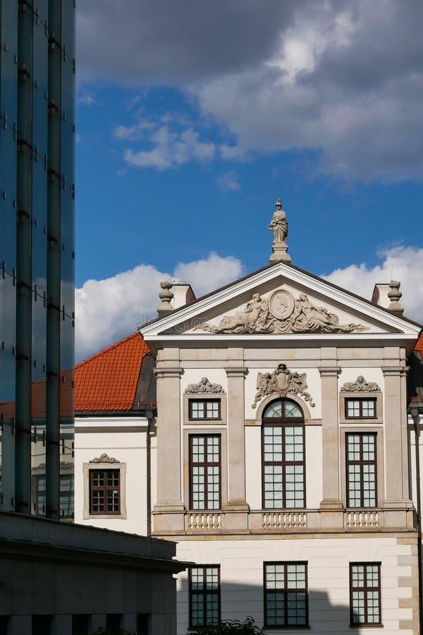 Неоклассическое здание рядом с современной архитектурой стоковое фото rf