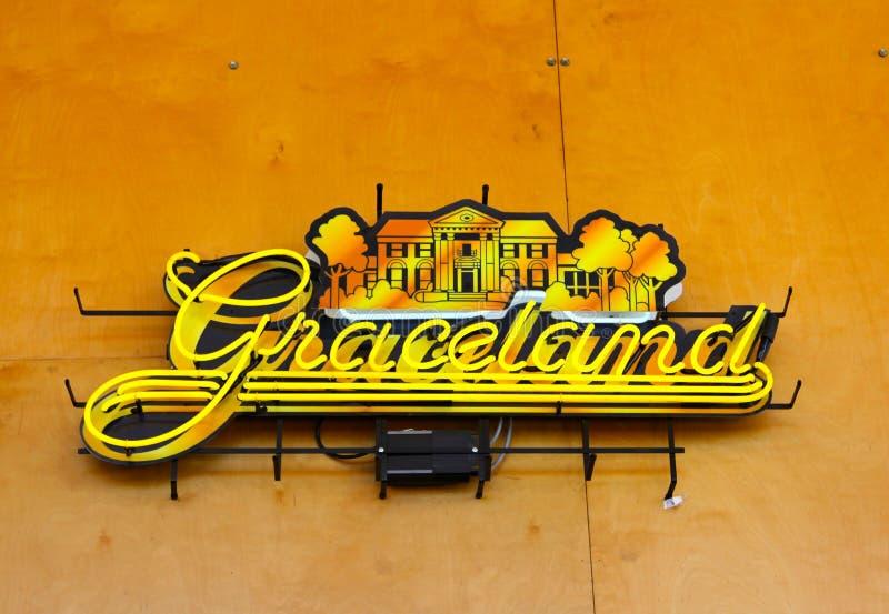 Неоновая вывеска в центре для посетителей Мемфиса, Мемфис Теннесси Graceland стоковое изображение