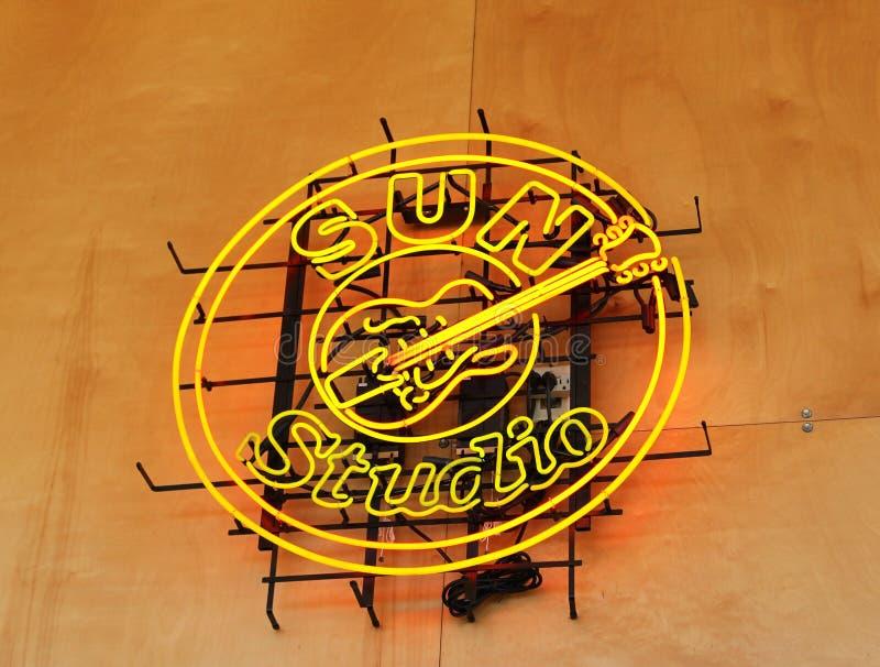 Неоновая вывеска студии Солнця на приветственном центре Мемфиса стоковое изображение