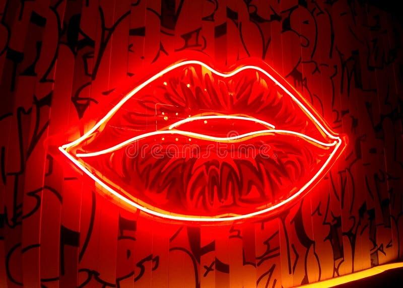 Неоновые губы, красные как Роза стоковые изображения