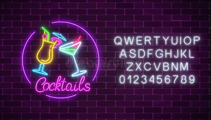 Неоновые коктеили запирают знак с алфавитом и 2 стеклами коктеилей Накаляя реклама газа с стеклами спирта иллюстрация штока