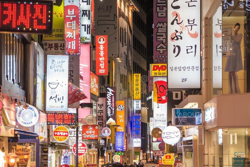 Неоновые света Myeong-Дуна в Сеуле стоковые изображения rf