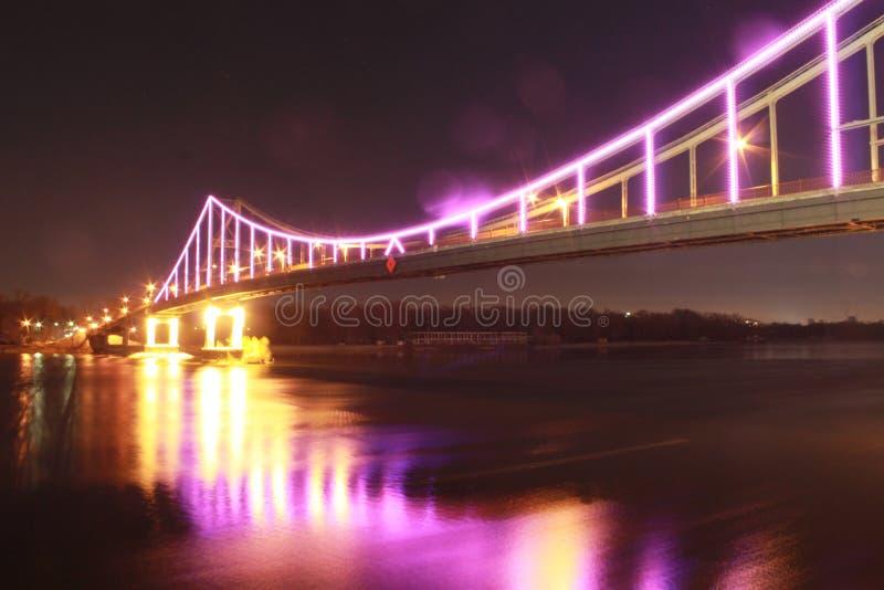 Неоновый мост в большом городе стоковая фотография