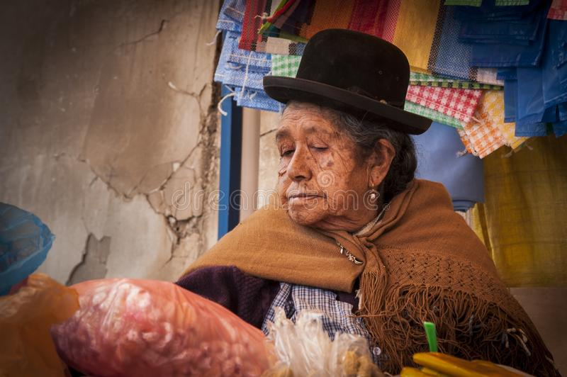 Неопознанная женщина Aymara с типичным боливийцем одетым в Copacabana в Боливии стоковое фото rf