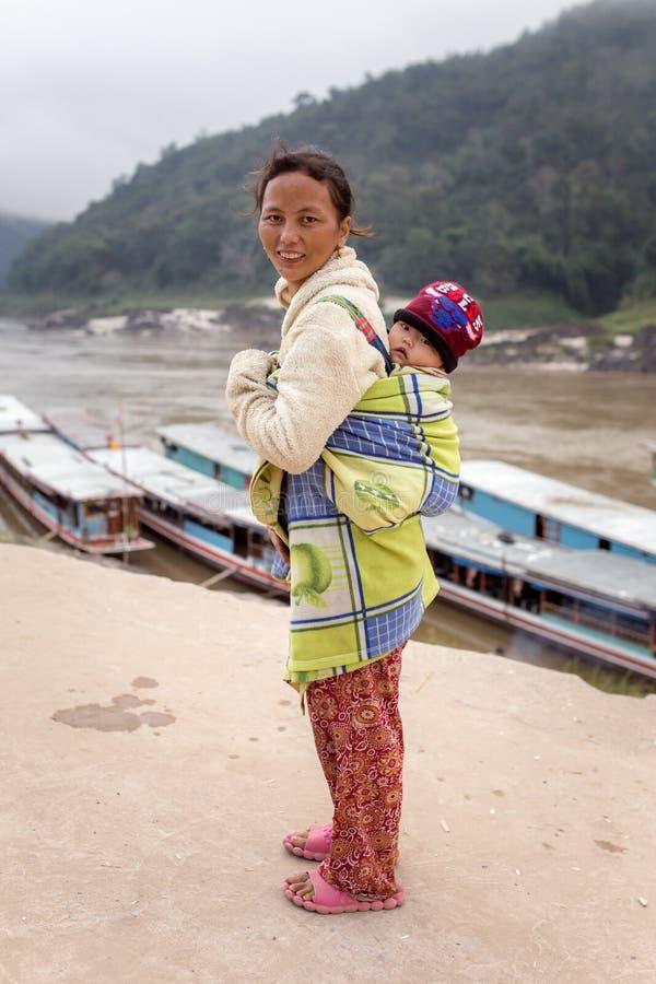 Неопознанная лаосская мать и ребенок в деревне Пак Beng на Меконге в Лаосе стоковые фотографии rf