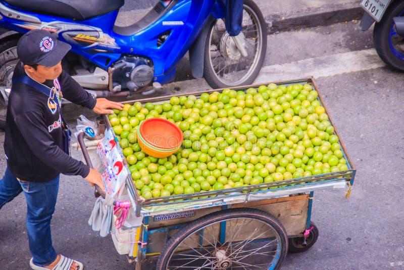 Неопознанная лоточница улицы нажимая тележку на улице для продавать лимон вокруг Бангкока, Таиланда стоковая фотография rf