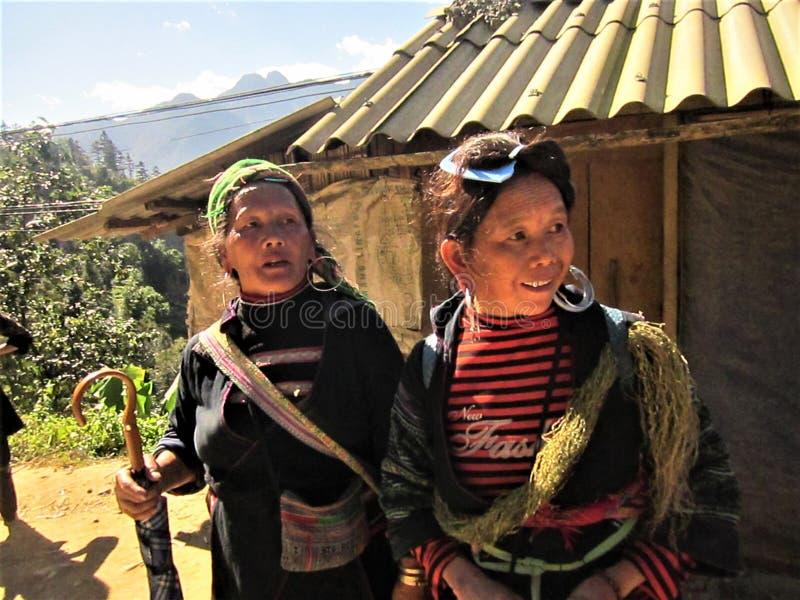 Неопознанные девушки от черного этнического меньшинства Hmong продавая ремесленничества на 28,2014 -го ноября в Sapa, Вьетнаме стоковое изображение rf