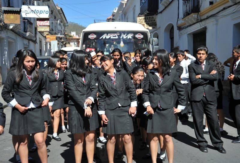 Неопознанные девушки на улице Сукре стоковые фотографии rf