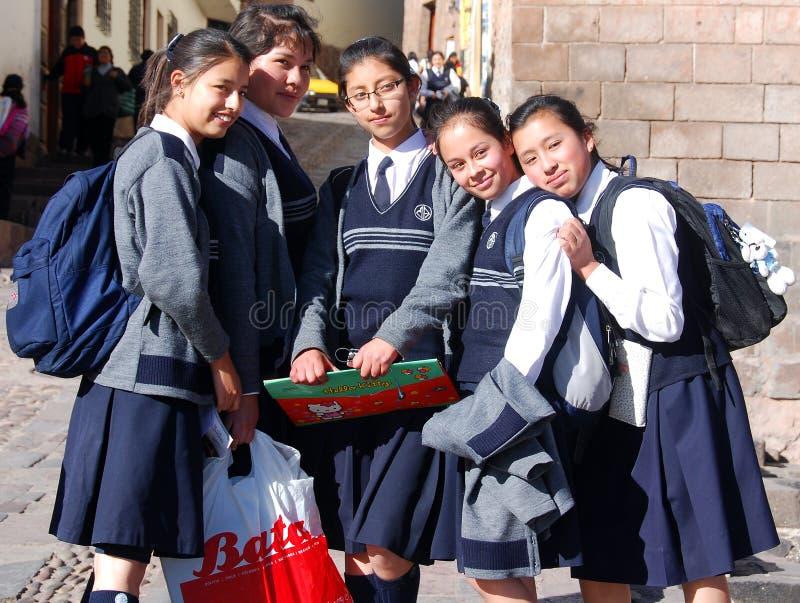 Неопознанные девушки школы представляя для портрета стоковая фотография rf