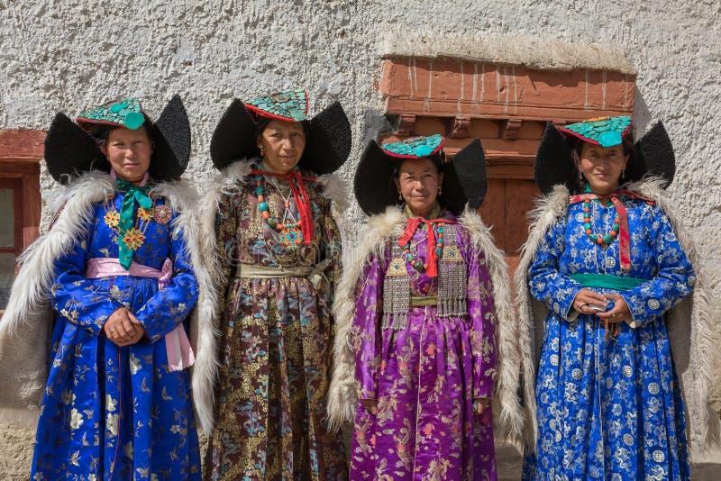 Неопознанные женщины Zanskari нося этнические костюмы и традиционный головной убор Ladakhi с камнями бирюзы вызвали Perakh Perak стоковое фото