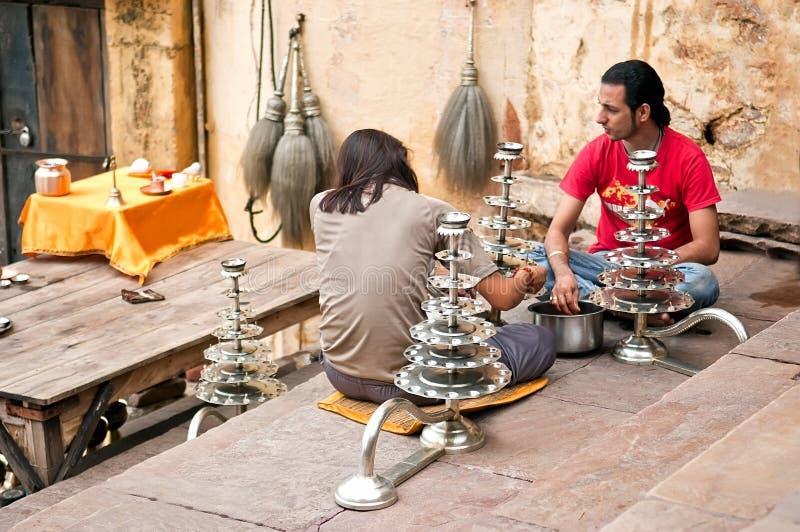 Неопознанные индусские паломники подготавливая подсвечники для ритуала Ganga Aarti стоковые изображения rf