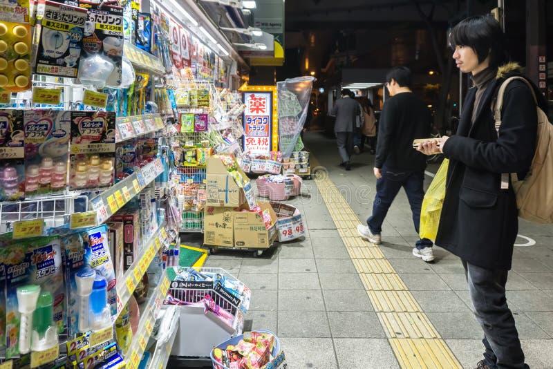Неопознанные люди на ночном магазине стоковые изображения rf