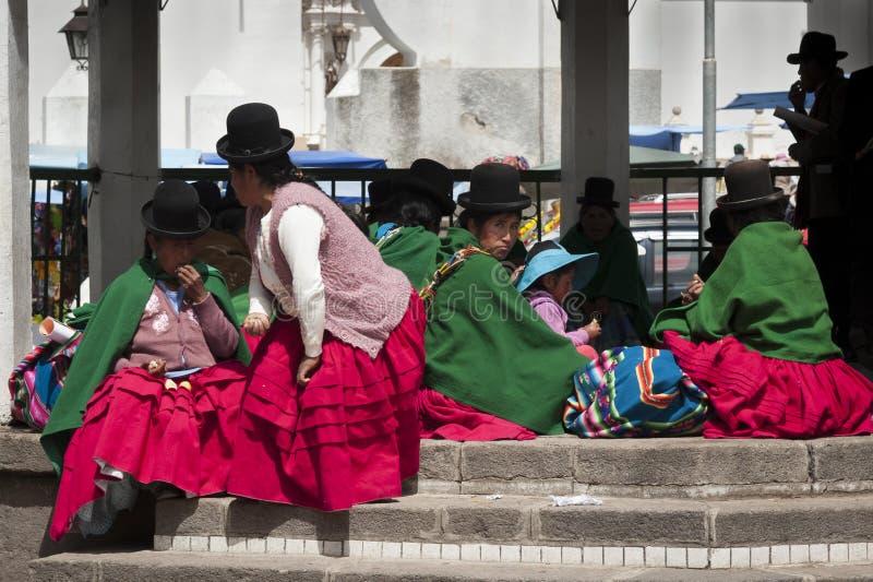 Неопознанные люди Aymara с типичным боливийцем одетым в Copacabana в Боливии стоковая фотография rf