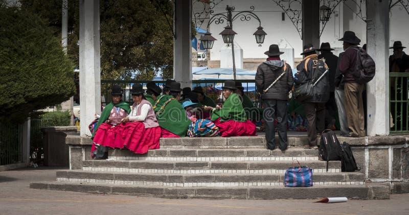 Неопознанные люди Aymara с типичным боливийцем одетым в Copacabana в Боливии стоковое фото