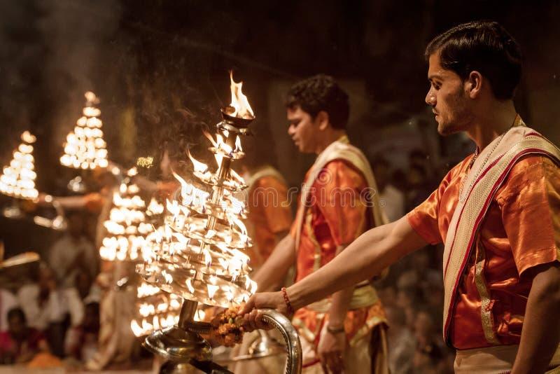 Неопознанные молодые послушники на церемонии Ganga Aarti в Варанаси стоковые изображения rf