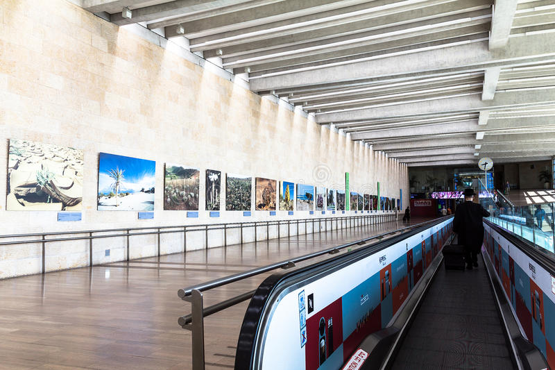 Неопознанные пассажиры на горизонтальном эскалаторе на авиапорте Бен Gurion avidity Израиль стоковые фото