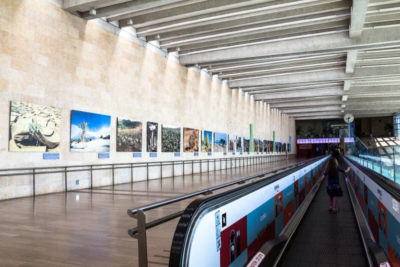 Неопознанные пассажиры на горизонтальном эскалаторе на авиапорте Бен Gurion avidity Израиль стоковое фото