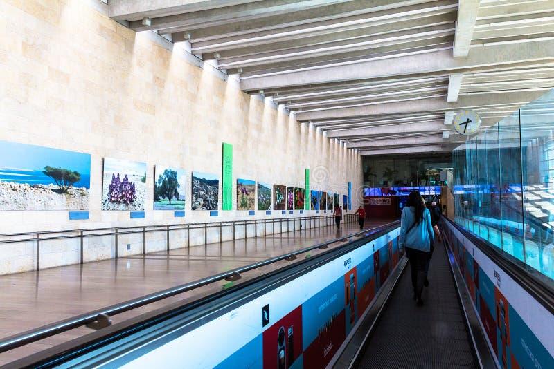 Неопознанные пассажиры на горизонтальном эскалаторе на авиапорте Бен Gurion avidity Израиль стоковые изображения