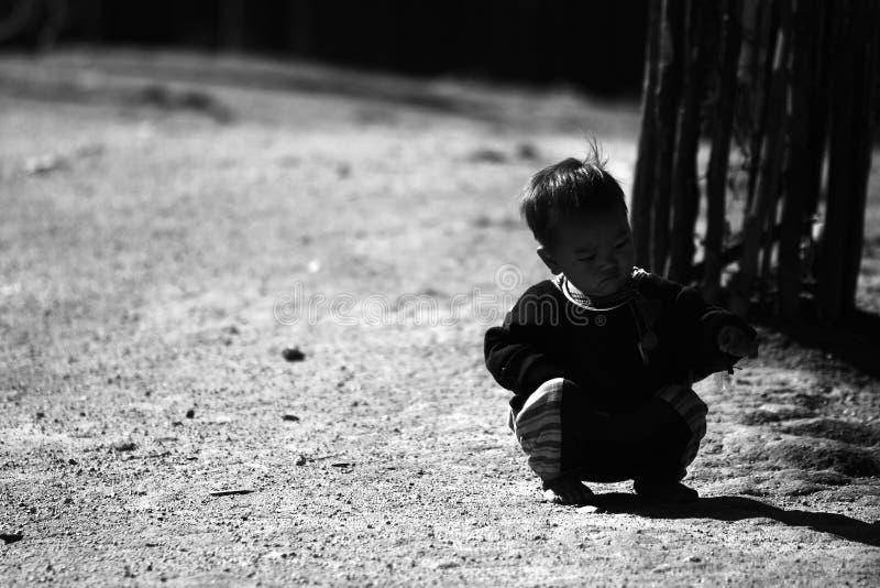 Неопознанные племенные дети хотят возможность образования стоковая фотография rf
