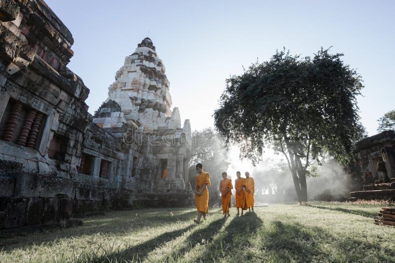 Неопознанные тайские монахи идя на парк Phanomwan исторический стоковое изображение rf