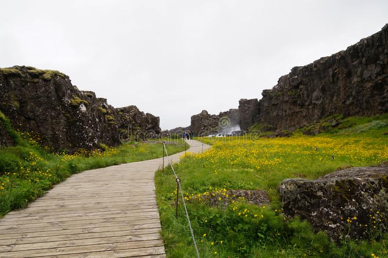 Неопознанные туристы идя в национальный парк Thingvellir, Исландию стоковые изображения