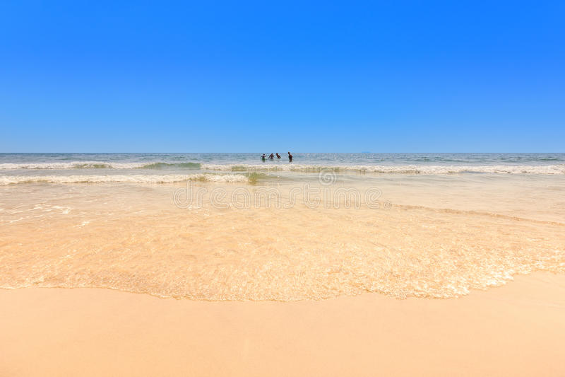 Неопознанные туристы наслаждаются на пляже - Пляж с белым песком стоковое фото rf