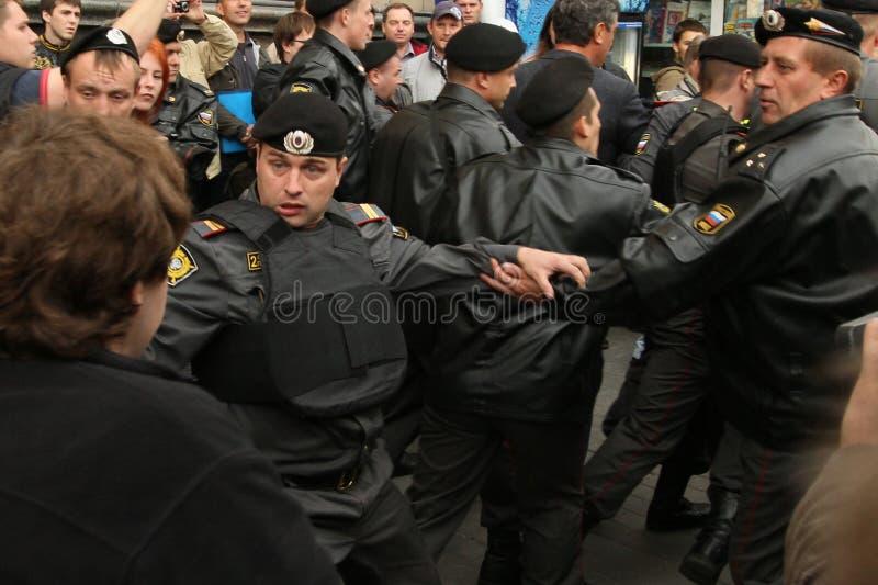 Неопознанные участники вновь собираются для того чтобы поддержать 31st статью Конституции России стоковое изображение rf