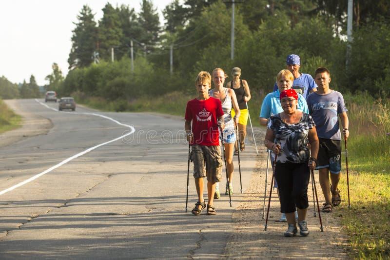 Неопознанные участники во время местных конкуренций в нордический идти посвященный к дню здоровья стоковое фото rf