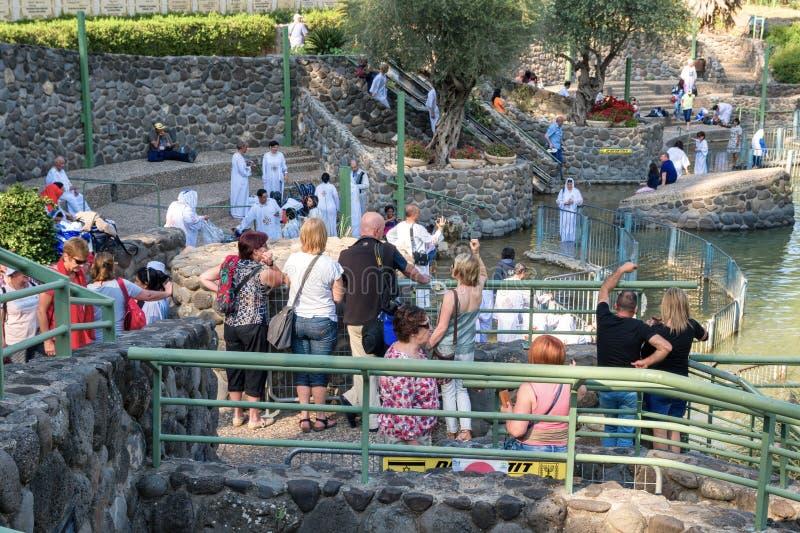 Неопознанные христианские паломники во время массовой церемонии крещения на стоковые фото